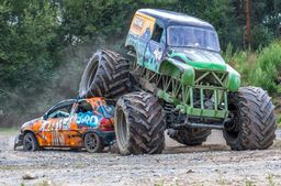 Auto-Crashen mit dem Monster-Truck